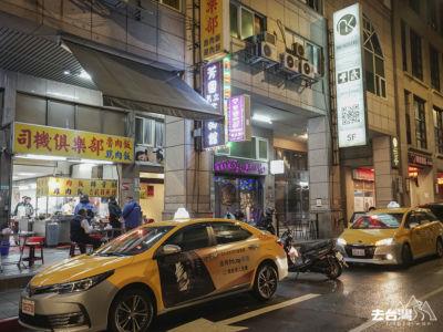 深夜時份不少司機在司機俱樂部「醫肚」。