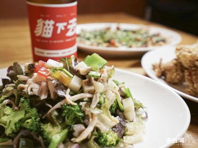 鹹水雞沙律(台幣$360)用上大量蔬菜、嫩煮雞胸肉等,配清爽的貓下去的金色三麥啤酒。