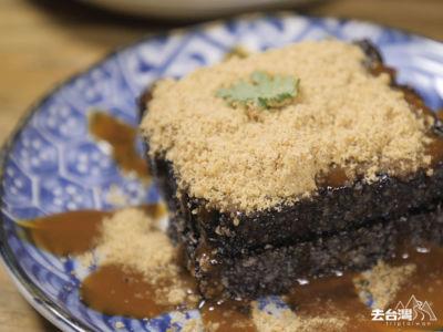 烤過的滷水豬血糕,外皮非常香脆包著軟軟的豬血糕,淋上花生粉和自家製做的「海山醬」。(台幣$60)
