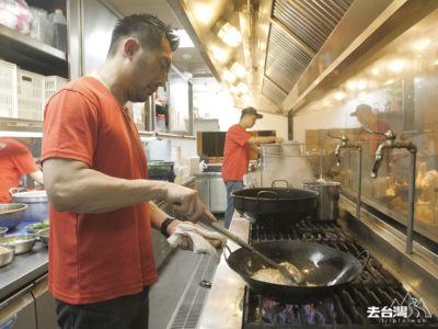 老闆親自把豆板醬、香料炒香做成醬料。