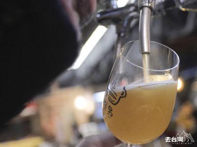 老闆特地與台灣精釀啤酒場合作釀製「渣男小麥艾爾」,帶點蜂蜜清香。
