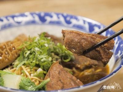 三元牛肉麵有牛的不同部份包括:牛肚、牛筋、牛肉,再可另外點配不同小菜。