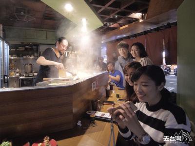 店內以日式木材風格,L型榻榻米,前面就是老闆煮菜的桌面。
