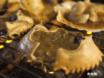 蟹膏甲羅燒,用上松葉蟹膏加上蟹肉、味噌、鵪鶉蛋、清酒放在蟹蓋裡,用慢火燒烤,蟹膏濃香撲鼻。