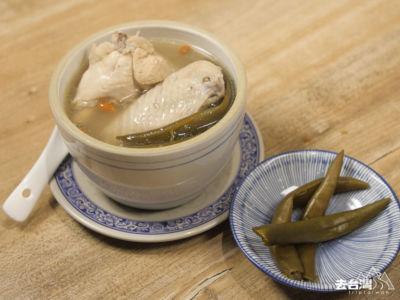 「剝皮辣椒雞湯」令人印象深刻,剝皮辣椒的微辣有暖入心的感覺,寒冷的冬天進補一下。