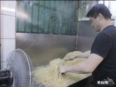 老闆在半開放的廚房開著電風扇,用長筷子把麵條弄開條條分明。