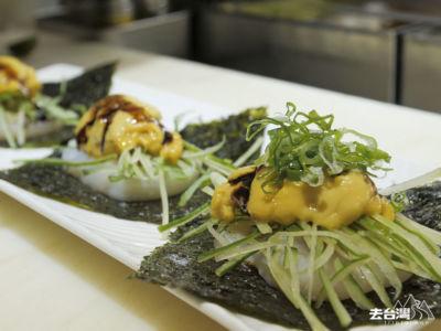 干貝海膽漢堡外層是紫菜用新鮮干貝包馬糞海膽,加上青瓜絲,海膽味在口中久久不能散去。