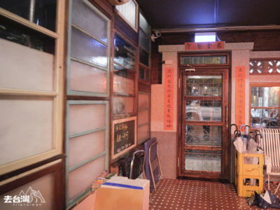 店內收集了不少舊傢俱、老木門、鐵窗花作為佈置。