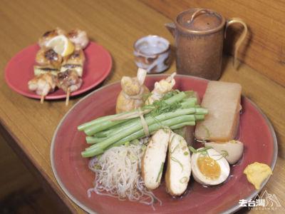 關東煮拼盤 (台幣$320) 配大蔥雞肉串燒及清酒。