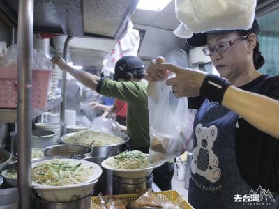 劉媽媽涼麵是台北當地夜貓子晚上醫肚充肌的推薦地方。