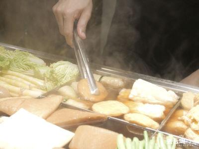 在台北寒冷的晚上,喝著冒煙的湯,感受台北的溫暖。