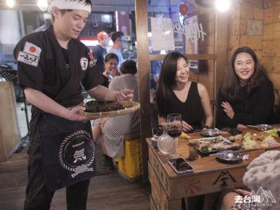 店員會向每位客人展原拍賣的海鮮,客人以「會叫的黃雞」下標,價高者得。