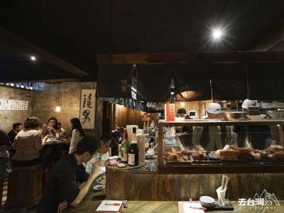 在南京東路的這個分店,因為靠近台北小巨蛋,附近有很多外商公司, 店內坐滿下班的OL 上班族和年青人。