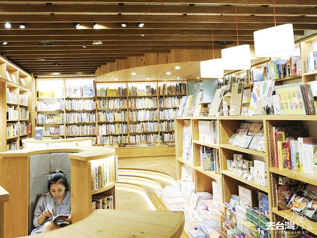 台中蔦屋書店 坐椅空間很多,書架陳列也特別為兒童設計,絕對是小朋友夢想中的圖書房。